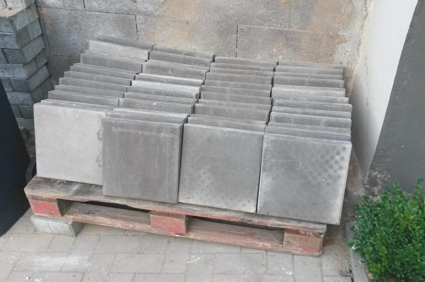 Das Foto zeigt zahlreiche Gehwegplatten auf einer Palette.