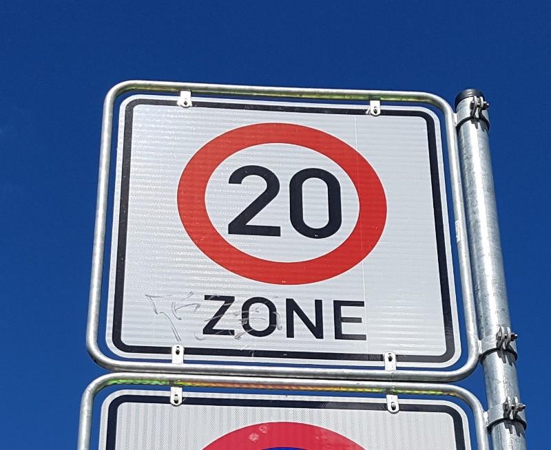 Das Foto zeigt ein Schild mit dem Aufdruck 20 kmh Zone.