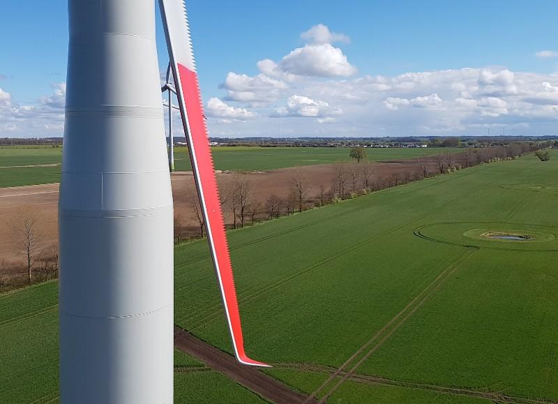 Das Foto zeigt Windenergieanlagen in der Landschaft.