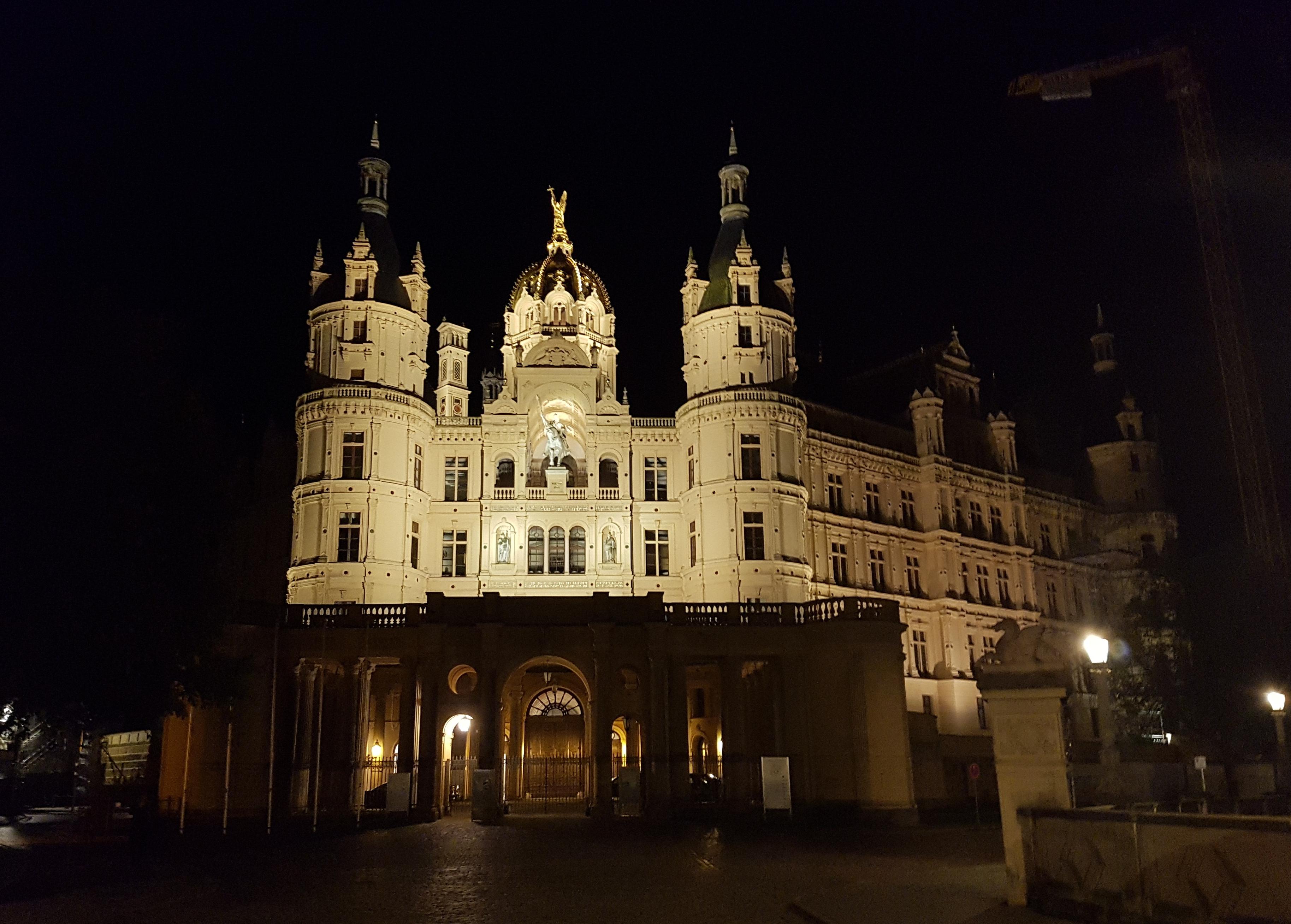 Das Foto zeigt das Schweriner Schloss, den Regierungssitz des Landes Mecklenburg-Vorpommern.