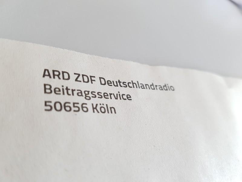 Auf dem Foto ist ein Teil des Briefumschlags von ARD, ZDF und Deutschlandradio Beitragsservice zu sehen.