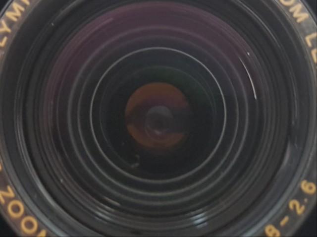 Das Foto zeigt er Nahaufnahme die Linse einer Kamera.