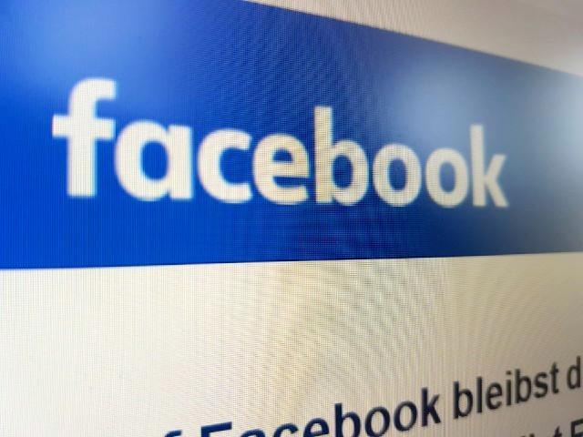 Das Foto zeigt das Facebook Logo, abfotografiert von einem Bildschirm.