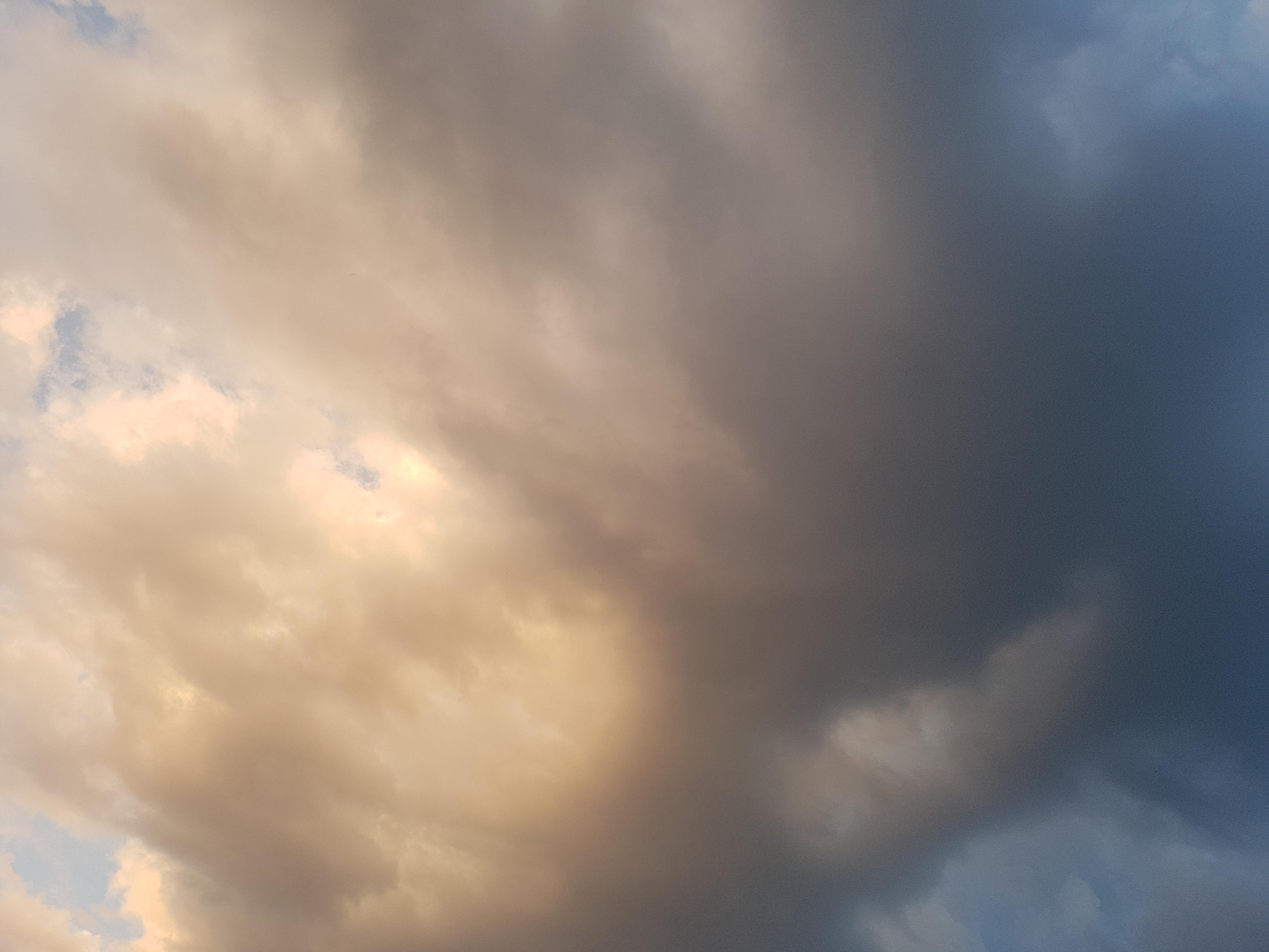 Das Foto zeigt dunkle Wolken.