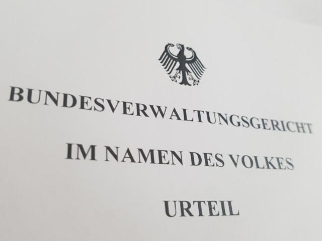 Das Foto zeigt den Kopf eines Urteils des Bundesverwaltungsgerichts, oben ist der Bundesadler zu erkennen und darunter Bundesverwaltungsgericht im Namen des Volkes Urteil.