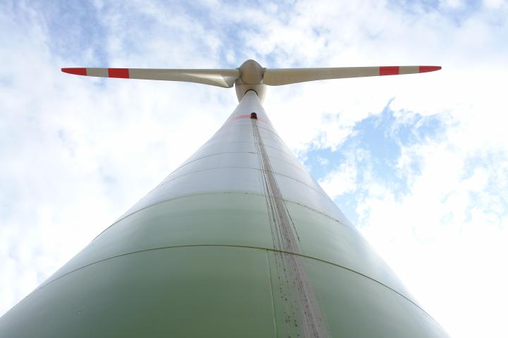 Das Foto zeigt eine Windenergieanlage, die vom Mastfuß aus nach oben fotografiert worden ist.