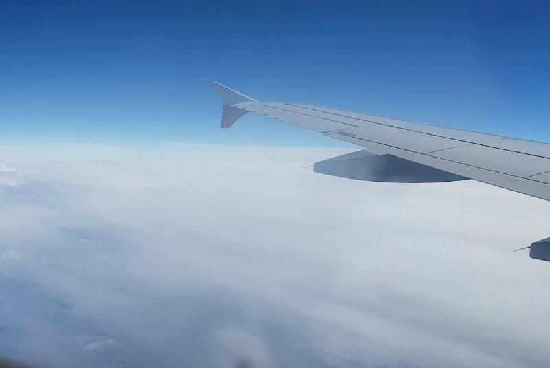 Auf dem Foto ist ein Flugzeug und blauer Himmel zu sehen.