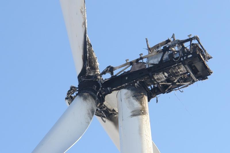 Auf dem Foto ist eine abgebrannte Windenergieanlage zu sehen.