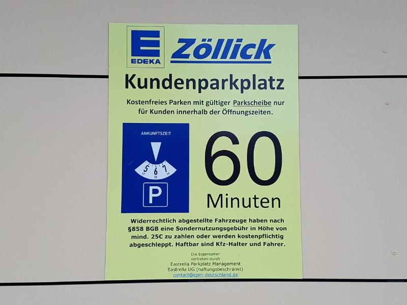 Das Foto zeigt ein großes gelbes Schild, mit der Aufschrift Kundenparkplatz und einer darauf abgebildeten Parkscheibe.