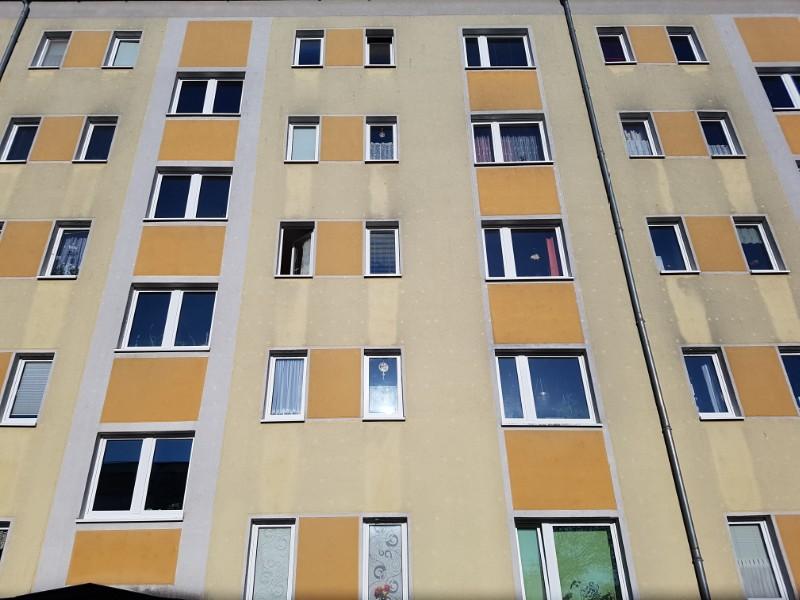Ein Foto mit einem Hochhaus mit vielen Fenstern.