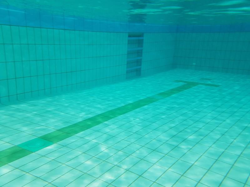 Das Foto zeigt eine Unterwasseraufnahme aus einem Schwimmbad.
