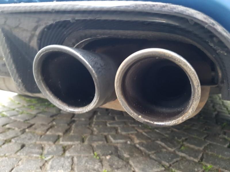 Das Foto zeigt den Doppelauspuff eines Autos.