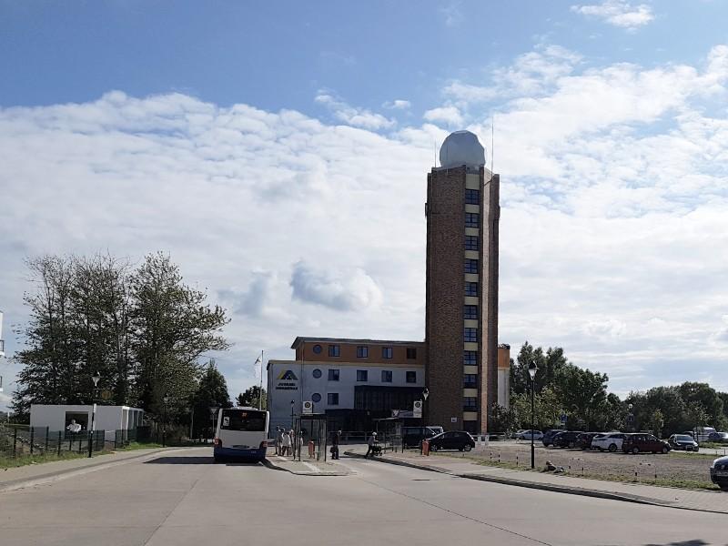 Das Foto zeigt einen Turm mit oben aufgesetztem Wetterradar.