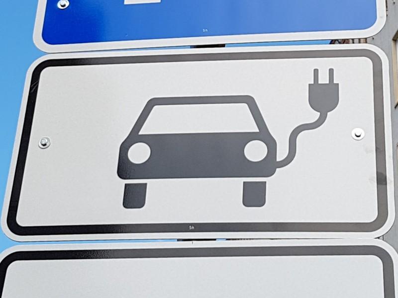 Das Foto zeigt das Schild für ein Elektroauto mit stilisiertem Anschlusskabel.