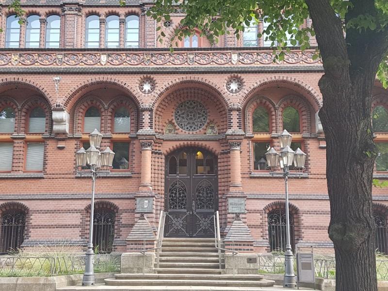 Das Foto zeigt den Eingangsbereich des Oberlandesgerichts Rostock.