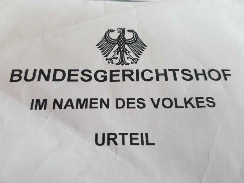 das Foto zeigt das Deckblatt eines Urteils vom Bundesgerichtshof mit Bundesadler und mit dem Aufdruck Bundesgerichtshof im Namen des Volkes Urteil.
