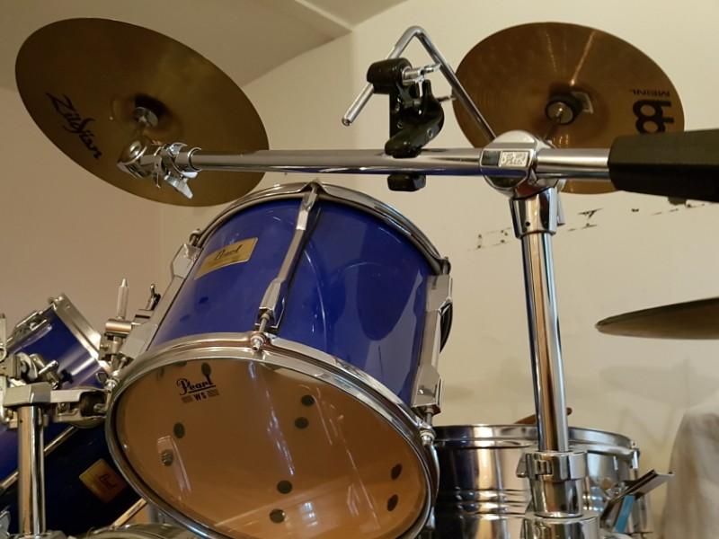 Das Foto zeigt ein Schlagzeug, bestehend aus mehreren Trommeln, Gestänge und weiterem Zubehör.