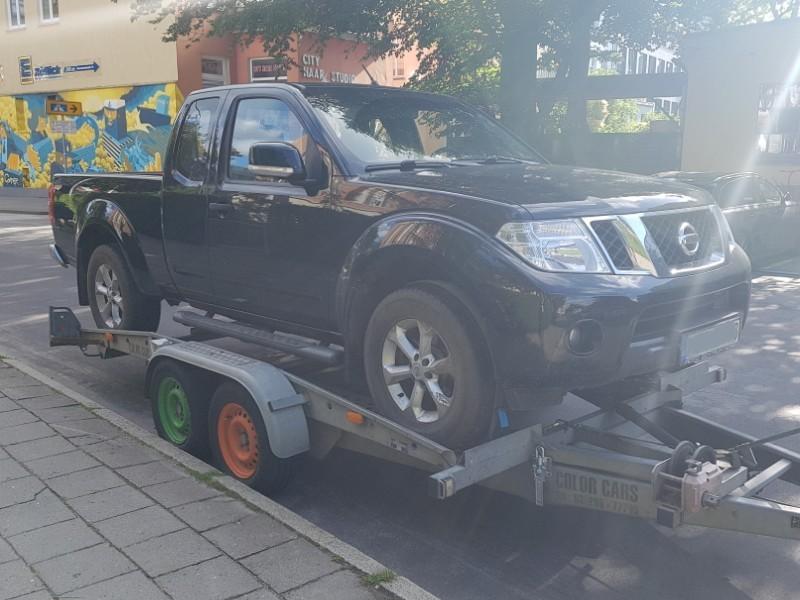 Das Foto zeigt einen Pkw auf einem Transportanhänger.