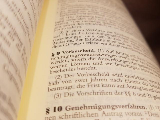 Das Foto zeigt den Blick in ein aufgeschlagenes Gesetzbuch, zu sehen ist Paragraph 9 Vorbescheid.