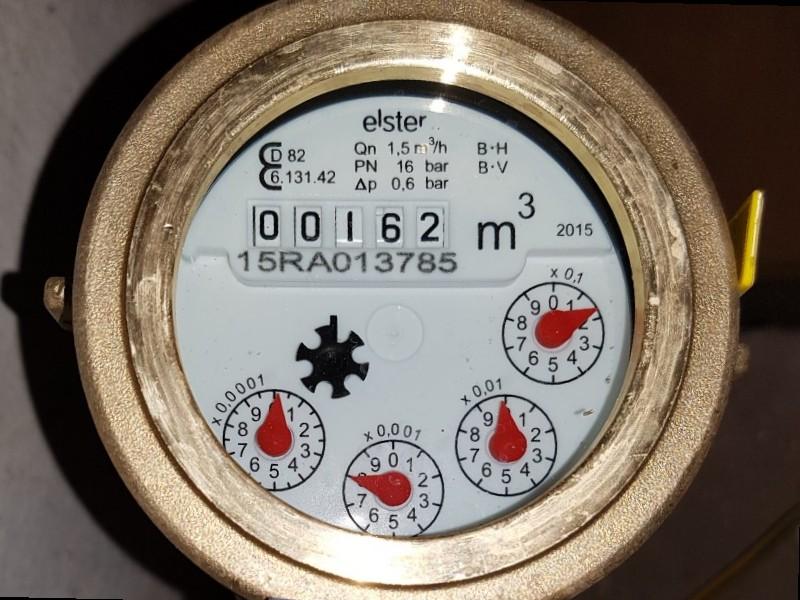 Auf dem Foto ist ein Wasserzähler zu sehen, mit Anzeige für Kubikmeter sowie vier kleinen zeige ein für Bruchteile eines Kubikmeters.