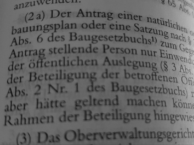 Das Foto zeigt den Blick in ein aufgeschlagenes Gesetzbuch, zu erkennen ist der weggefallene Absatz 2a von Paragraph 47 Verwaltungsgerichtsordnung.