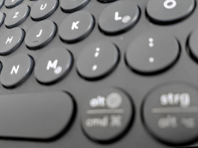 Das Foto zeigt aus seitlicher Perspektive einen Teil eine Tastatur.