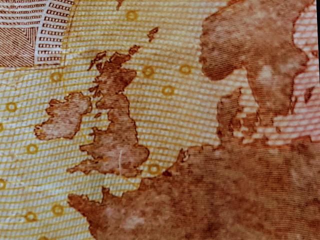 Das Foto zeigt in Makroaufnahme Teile eines 10 € Scheins.