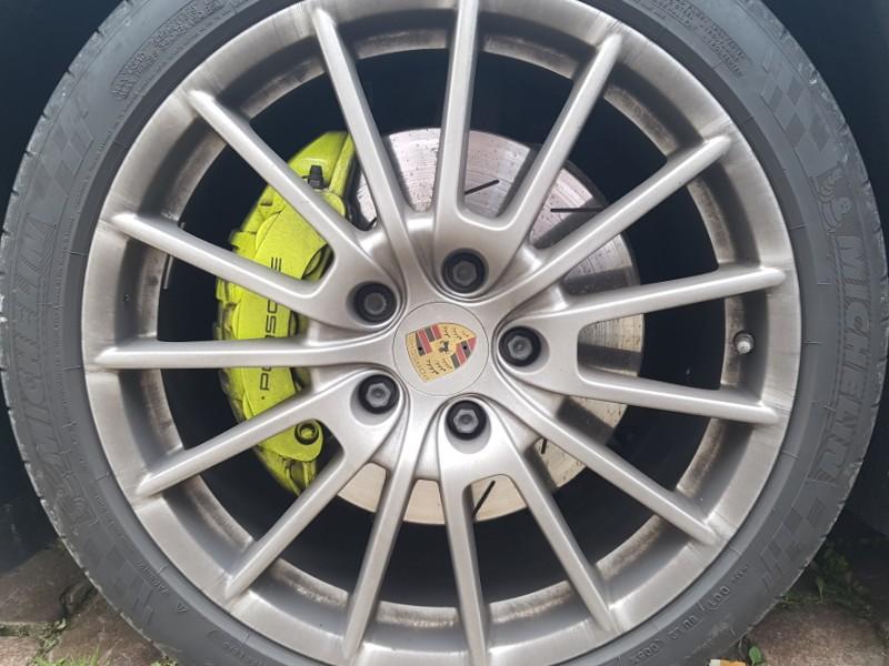 Auf dem Foto ist ein Rad eines Porsches zu sehen.