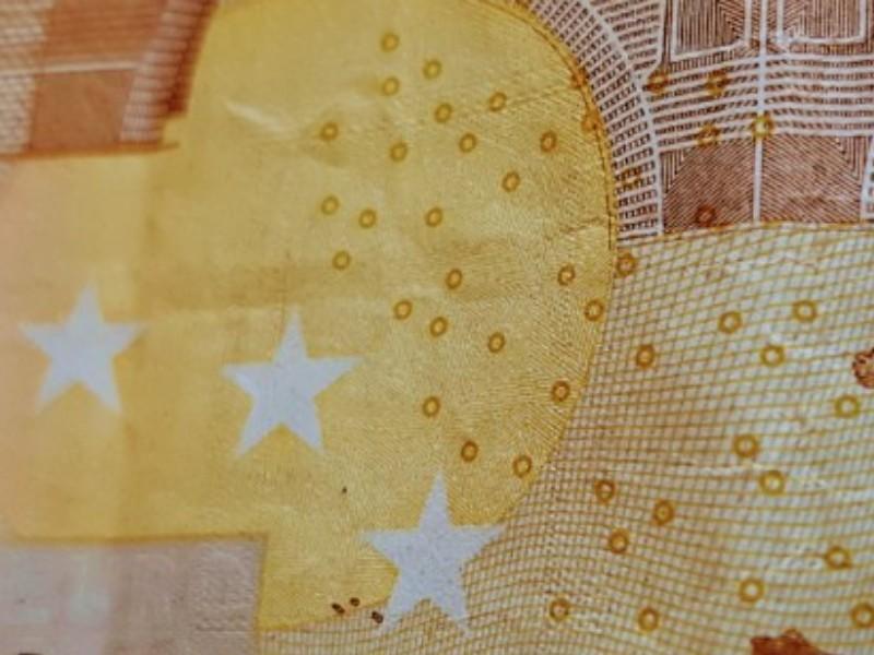 Das Foto zeigt den Ausschnitt eines 50 € Geldscheins.