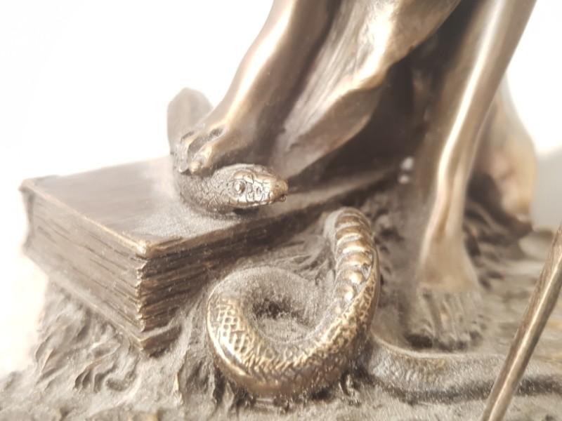 Das Foto zeigt die Füße an der Justitia, Sinnbild von Recht und Gerechtigkeit, die mit ihrem rechten Fuß eine Schlange hält.