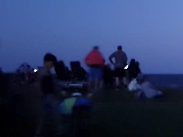 Das Foto zeigt einige Menschen im Dunkeln.