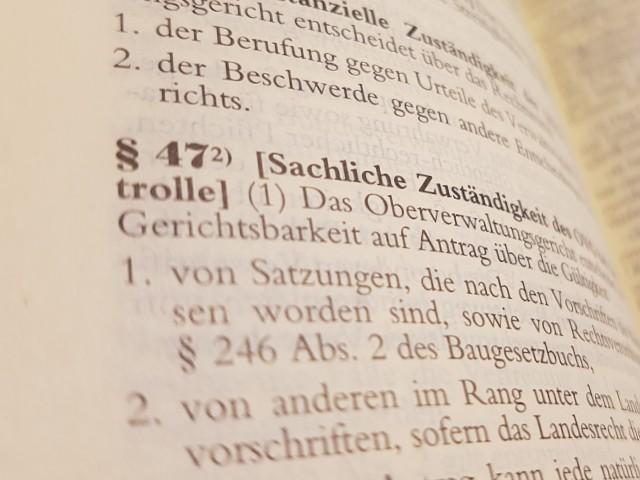 Das Foto zeigt den Blick in das Gesetzbuch, hier die Verwaltungsgerichtsordnung, Paragraph 47 Normenkontrolle.
