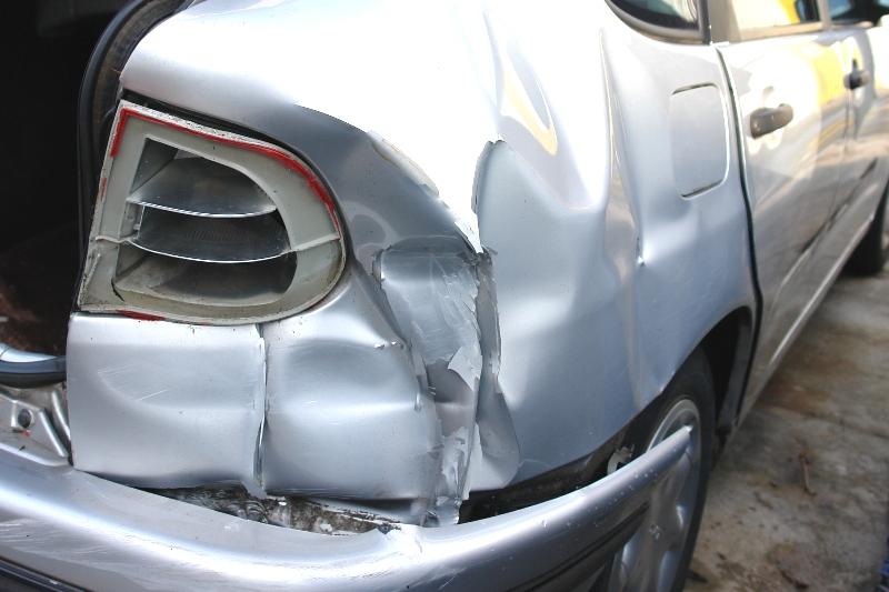 Das Foto zeigt das stark beschädigte Heck eines silberfarbenen Autos.