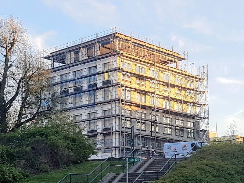 Das Foto zeigt ein Gebäude mit Gerüsten.