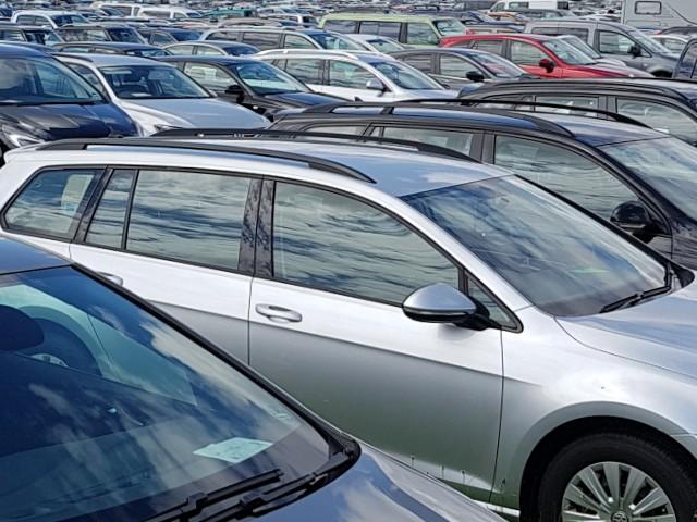 Das Foto zeigt zahlreiche parkende Autos.