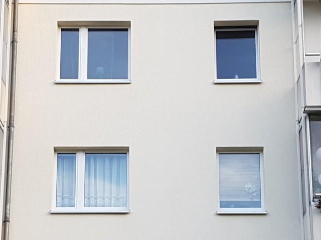 Zu sehen ist hier eine funktionale Fassade eines Wohnhauses ohne Verzierungen.
