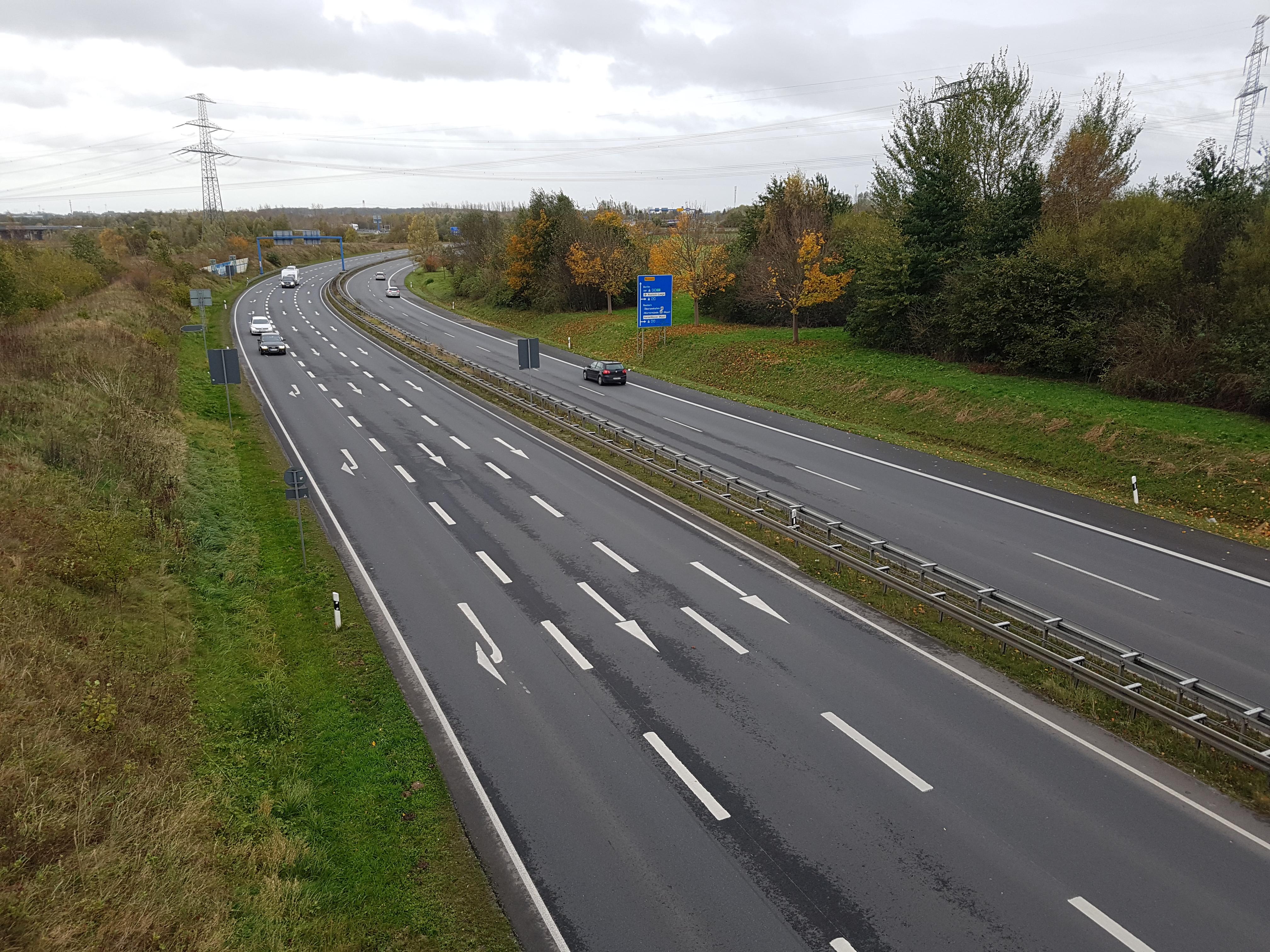 Das Foto zeigt eine mehrspurige Straße, die eine Kurve beschreibt.