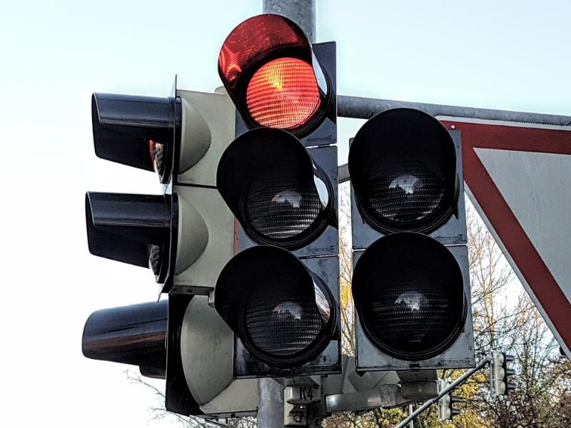 Das Foto zeigt eine Ampel, die rot anzeigt.