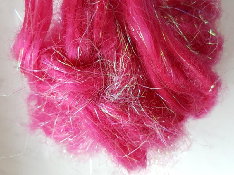 Das Foto zeigt künstliche rote Haare.