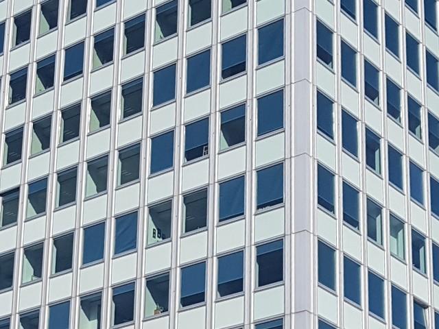 Das Foto zeigt die Ecke eines Gebäudes, die Fassade Ist in hellgrün gehalten und wirkt modern.