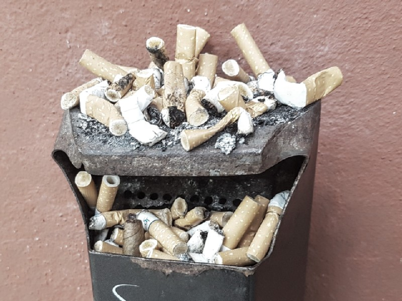 Das Foto zeigt einen Aschenbecher mit zahlreichen ausgedrückten Zigaretten.