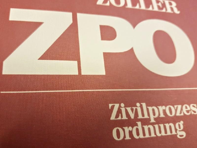 Das Foto zeigt den Buchdeckel eines ZPO Kommentars.