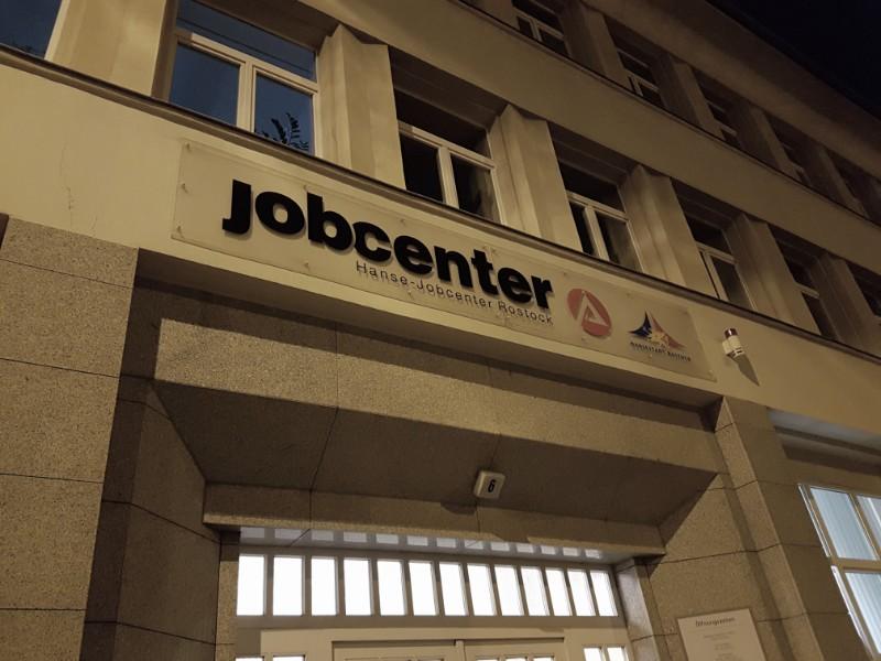 Das Foto zeigt den Eingang eines Jobcenters.