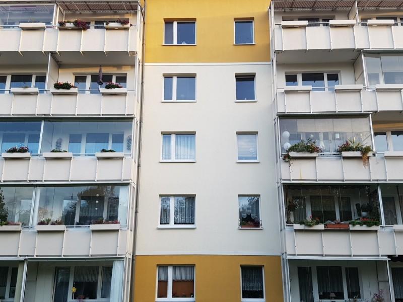 Das Foto zeigt die Fassade eines Gebäudes mit einigen Balkonen.