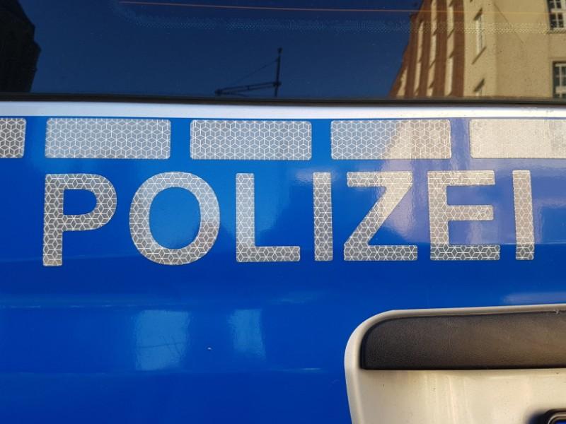 Das Foto zeigt den Schriftzug Polizei auf einem Polizeiauto.
