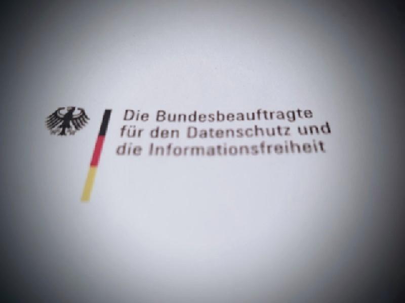 Das Foto zeigt den Abdruck der Dienstbezeichnung der Datenschutzbeauftragte mit Bundesadler.