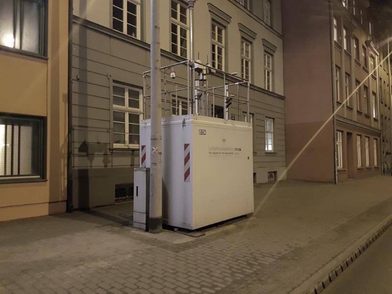 Das im Dunkeln aufgenommene Foto zeigt eine Messstation.