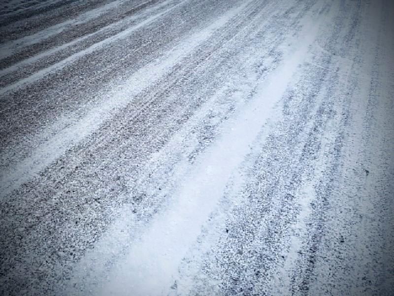 Das Foto zeigt eingefahrene Spuren im Schnee.