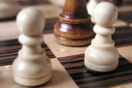 Das Foto zeigt Schachfiguren auf einem Schachbrett.