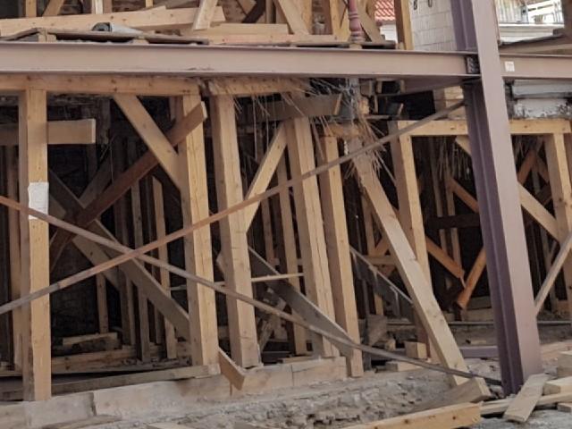 Auf dem Foto ist eine Baustelle zu erkennen zahlreiche hölzerne Streben.